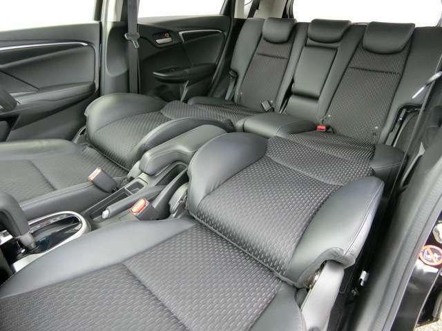 前席のヘッドレストを外して後ろに倒せば、運転に疲れたときのリフレッシュ・モードに