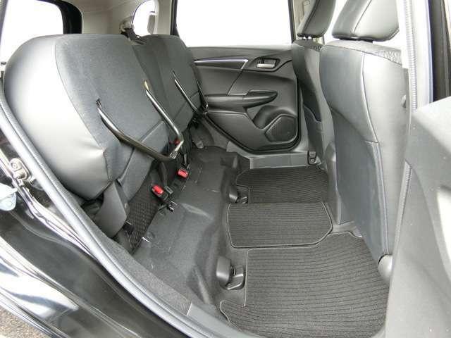 後席の座面をはね上げれば、高さ128cmの荷室空間に、倒したくない荷物を積む時に便利です