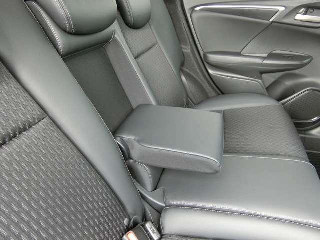 後ろに座る方の座り心地を快適にする、リアセンターアームレスト ( 特別装備 )