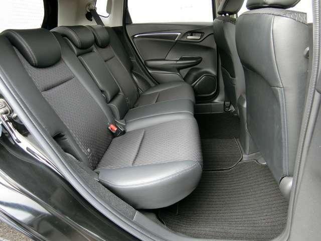 後席の広さにこだわり、ひざまわりと頭上にもゆとりを十分とることで、乗る人みんなに配慮しています