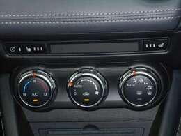 運転中でも操作がしやすく、扱い易い、ダイヤルタイプのオートエアコンを装備しています。
