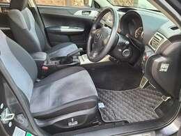 車内で一番汚れが多い運転席もご覧の様に汚れや傷も無く綺麗で清潔感溢れる状態です♪フロアマットも全席完備♪