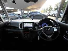 運転しやすい高さと大きなフロントガラスで安心できます。またダッシュボードに出っ張りがなく視界もすっきりしています