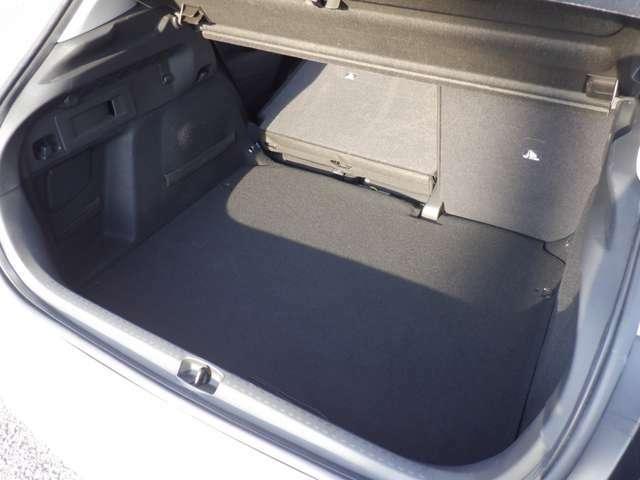 背丈の有る車で、床から天井までが高く、広々した室内空間♪ 荷室も小型ステーションワゴンの様に使えて、とっても使い勝手の良いお車です。