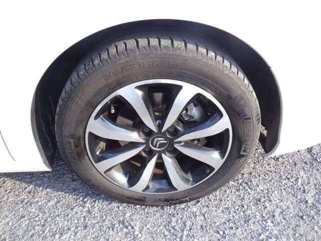 純正アルミ付、タイヤの山もまだまだございます。