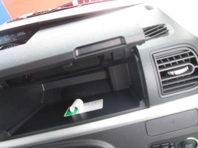 ちょっとした小物はこちらに収納できちゃいます!もちろん車検証などが収納できるグローブボックスも完備!