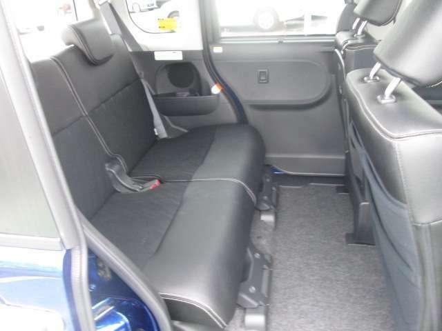 足元ゆったりの後部座席!大人二人が並んでも広々空間でドライブをお楽しみいただけます★