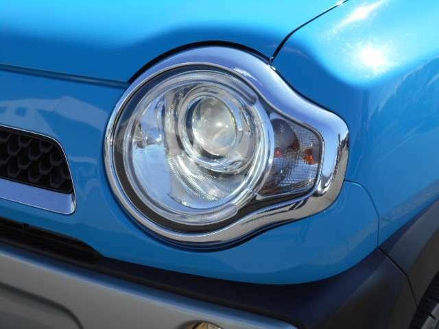 丸目のヘットライトが特徴です。