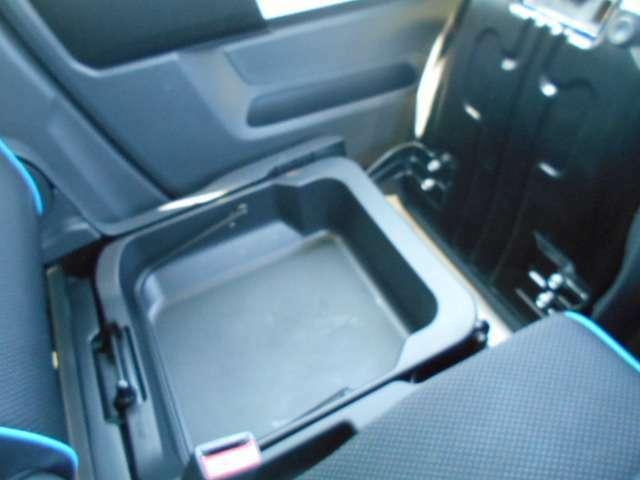 助手席の下にはスペースがあって小物入れになります。