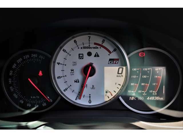 スピードメーターにはGR専用の白を基調としたタコメーターが採用されています。マルチインフォメーションディスプレイには燃費、油温、水温等の様々な情報が表示されます。