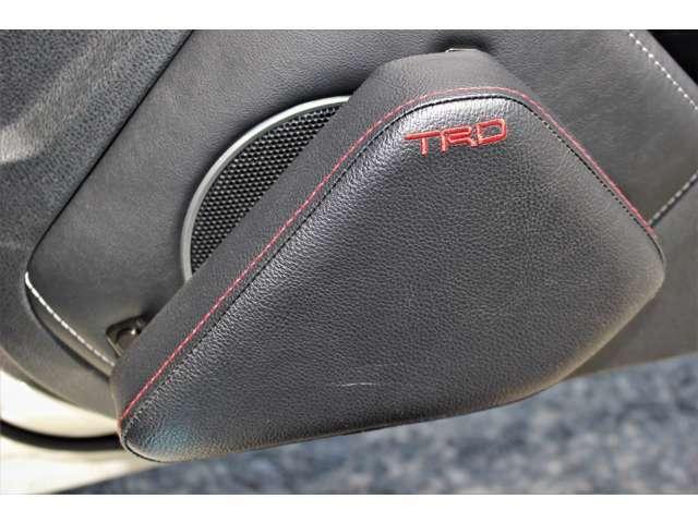 TRD製のニーパッド(ドア側)です。左右の膝が当たる部分にパッドを設けることで、コーナリング時の体制の変化を抑え、安定した操作が可能になります。