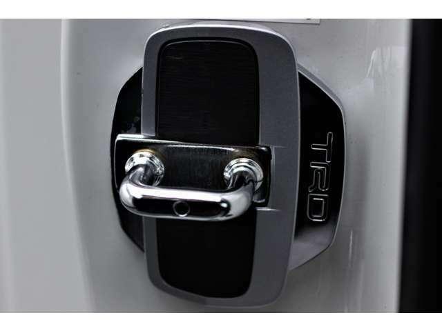 TRD製のドアスタビライザーです。ドアのキャッチ部の隙間を埋めることで、車両のレスポンスを向上させます。
