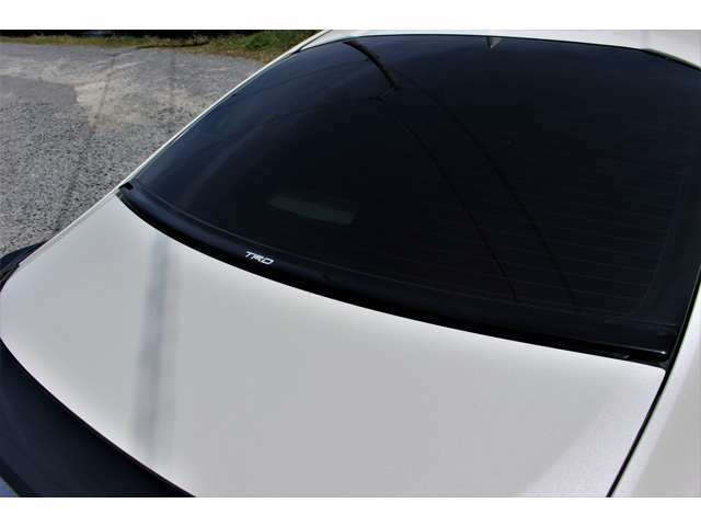 TRD エアロスタビライジングカバーです。リヤガラスとトランクの間の隙間と段差を埋めることで、前方から流れる空気を後方にスムーズに流し、リヤを安定させます。