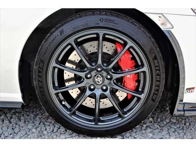 ホイールはRAYS製のGR専用鍛造軽量アルミホイール(フロント:7.5J リヤ:8.5J グレーメタリック塗装)です。
