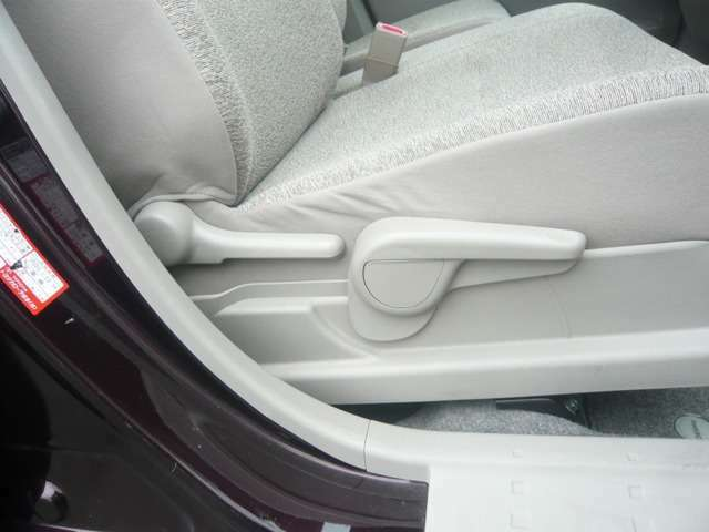 運転席にはシートリフターが付いています。