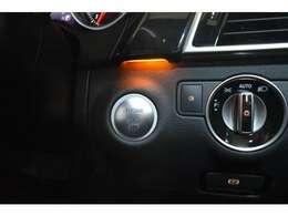 キーレスゴー搭載!キーを携帯しているだけで、ドアハンドル部分でドアロックの開閉ができ、プッシュボタンにてエンジンの始動が可能(スマートエントリ―&スタートシステム)