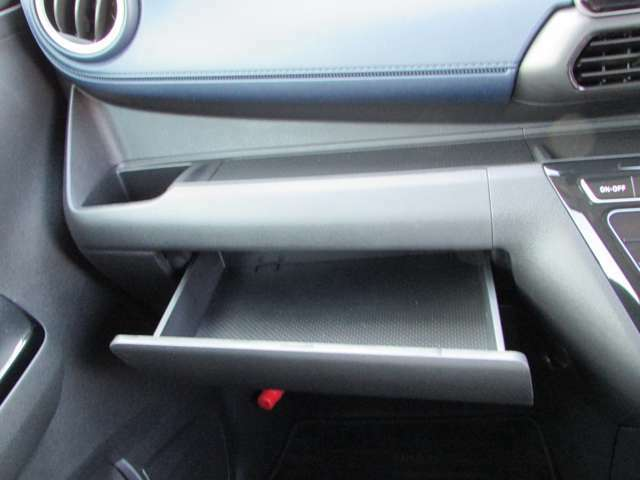 助手席アッパーボックス/小物などの収納に、お使いください。