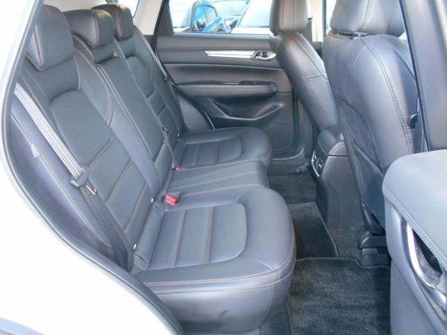 頭上や肩回りに余裕があり、広々した空間を確保したリアシート!フロントシートの下につま先が入り、膝周りにも余裕がありますのでリラックスしてお乗り頂けます!高いアイポイントで視界も良く、酔いにくいです!