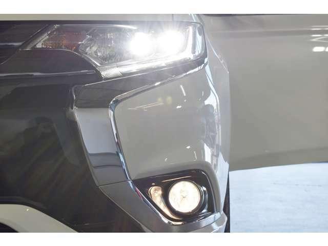LEDヘッドライト&ポジションランプ/フォグランプ/ウィンカー内蔵(LED)電動格納&復帰ドアミラー(ドアロック連動)/トンネルや夜間走行時に便利なオートライトコントロール(自動点灯・消灯)機能