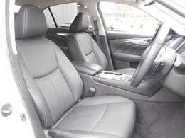しっかりとホールド性のある安心感に包まれたフロントシート