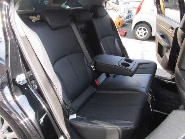 足元も広々とした後部座席にもハーフレザーシートを採用し、高級感あふれる室内となっています