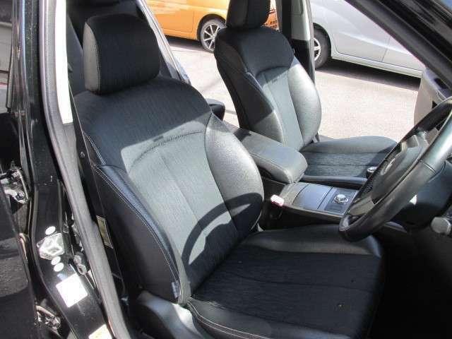 運転席はパワーシートを備えております。シートはハーフレザーを採用し、ホールド感の良いシートです