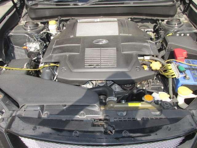 EJ25型水平対向エンジンを搭載し、ターボチャージャー&4WD&6速マニュアルの組み合わせにより出力285ps(カタログ値)を誇ります
