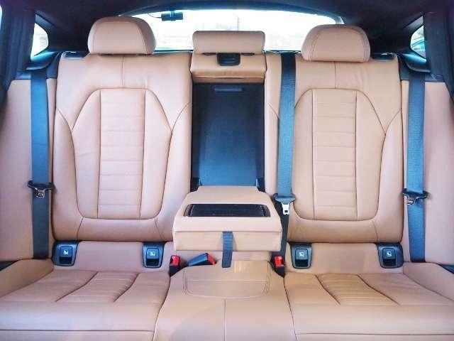 リヤシート使用感少なく、きれいな状態です。(リヤシート左右シートヒーター内蔵です)
