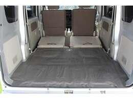 簡単に収納できる後部座席!大空間が出現します!シートアレンジが多彩な点も特徴です!レジャー用品も積み込めます!