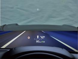 フロントガラスに様々な情報を投影することで、視線移動と焦点調節を軽減。多くの情報を扱いながらも迷わず確認でき、安全に運転に集中できるコクピット環境を構築しました。
