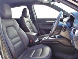 フロントシート体幹をしっかりと支え、乗員の安心感と快適性を高めます。座面には人間が不快に感じる振動だけをカットする性質を持ったウレタンを採用し、より快適な座り心地を実現しています。