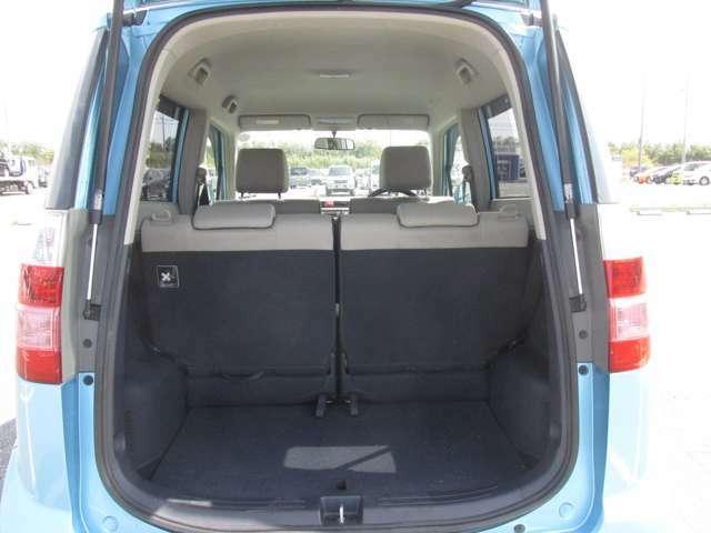 トランク内も綺麗な状態が保たれており、目立つカーペットの損傷などもありません。