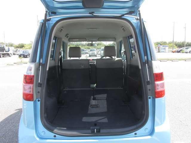 後部座席を倒すことができますので、更に広いスペースを確保できます。