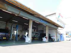 サービス工場も完備しております。愛車のメンテナンスも当店にお任せ下さい。