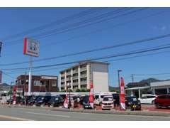 大通りに面した立地です。お客様用の駐車場もご用しておりますので、お気軽にお寄りください。