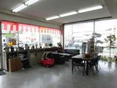 店内はこのように広くスペースを確保しております。お子様も大喜び!お菓子やお飲物もご準備しております。