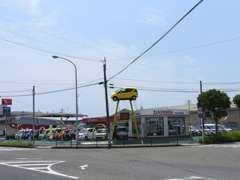 国道3号線沿い:五反田交差点角のございます。この黄色い車が目印です。お客様の御来店お待ちしております。