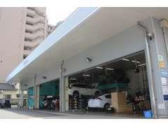 当店のサービス工場です。お客様のお車の点検・整備を行います。