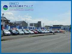 県道22号線(40m道路)沿い、日岡バス停前に『ハイブリッド車専門の日岡展示場』がございます。