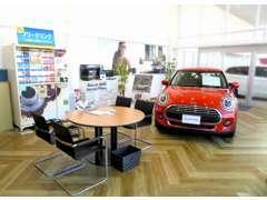こちらは1階のご商談スペースです。お車の販売は勿論、アフターメンテナンス・保険など何でもご相談させて頂きます!