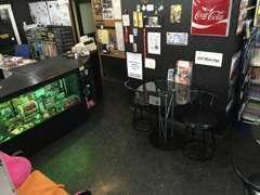 展示車をご覧頂いた後は、店内のカフェスペースてドリンクでも!