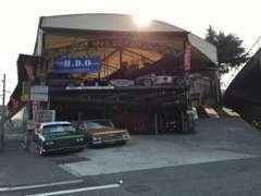 当店正面には、お車の展示と同時に、広いピットスペースを完備しており、お客様のご来店をお待ちしております。