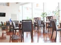 店内はおしゃれなカフェ風のインテリアで、くつろぎながら展示場のクルマを眺め商談することも出来ます。