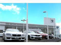 芦田川のそばに立つショールームは、地域最大規模。50年の歴史を持つ老舗BMW正規ディーラーです。