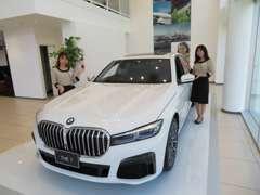 ショールームには、常時10台の新車を展示。BMWのすべてを知り抜いたスタッフが、その魅力を余すところなくご案内いたします。