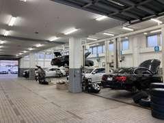 ■ショールームのすぐ裏には、一度に7台作業可能な大型工場を併設しております!