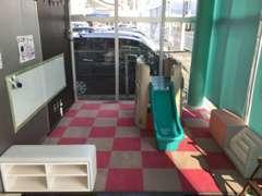 こちらはキッズスペースです。お子様が退屈せずに過ごしていただける遊具やおもちゃをご用意しています。是非ご活用ください!