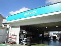 サービス工場完備!当店の整備スタッフがお客様のお車の点検・整備を行います。車検も承ります。お車の事、何でもお任せ下さい!