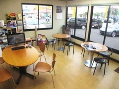 明るい店内で、おいしいコーヒーはいかがですか?ごゆっくりおくつろぎください♪