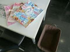 雑誌や新聞など常時新しいものを取り揃えご用意しております。気分転換に、ご自由に閲覧ください。荷物入れもあります。